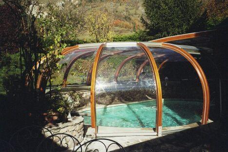 "Abri de piscine rotonde fixe sur-mesure<span class=""normal italic petit"">© Abris Piscines Conception</span>"