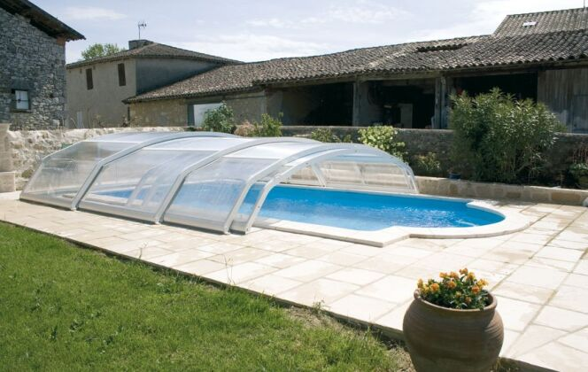 Il peut être difficile de choisir entre un abri de piscine semi-coulissant et télescopique. © Abrisud