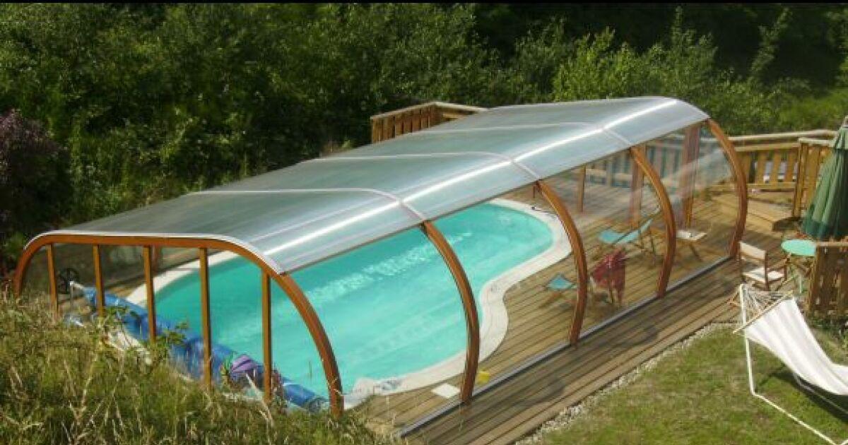 Abri de piscine semi haut et terrasse en bois for Abri haut de piscine