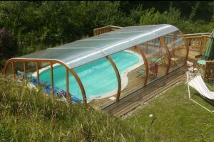 Abri de piscine semi-haut et terrasse en bois