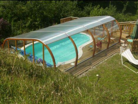 """Abri de piscine semi-haut et terrasse en bois<span class=""""normal italic petit"""">© Abris Piscines Conception</span>"""