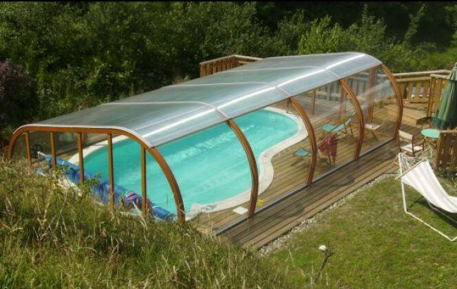 Abri de piscine semi-haut et terrasse en bois © Abris Piscines Conception