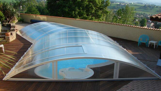 """L'abri de piscine sur-mesure est parfois l'unique solution si votre piscine possède une forme insolite.<span class=""""normal italic petit"""">© Abrideal</span>"""