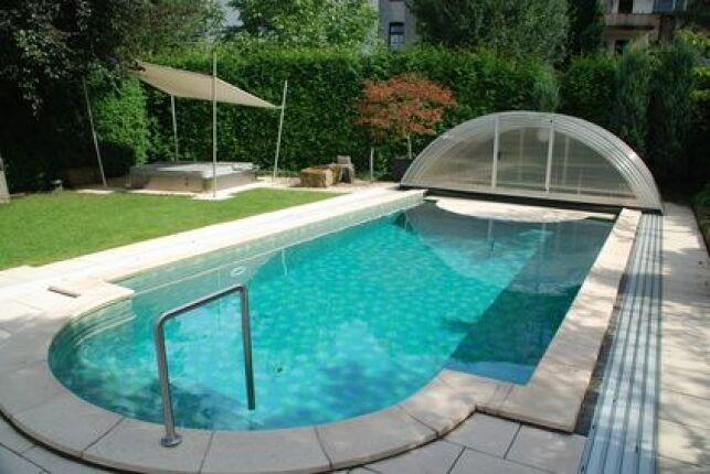 L'abri de piscine sur rails se plie et se déplie sans effort.