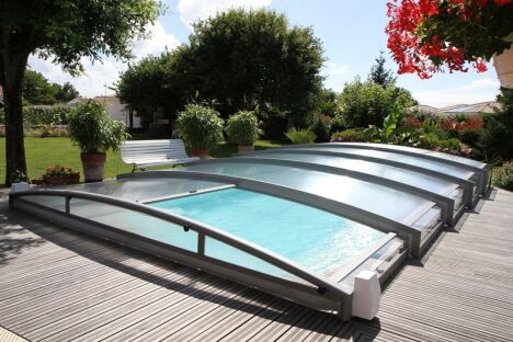 "Abri de piscine télescopique cintré Azenco <span class=""normal italic petit"">© Azenco</span>"