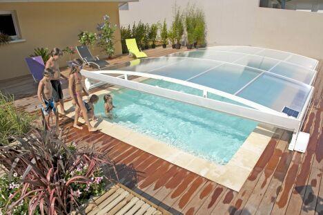 """Abri de piscine télescopique plat Stretto Abridéal<span class=""""normal italic petit"""">© Abridéal</span>"""