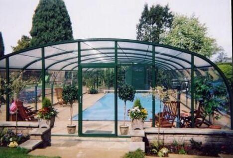 """Abri de piscine et véranda à la fois<span class=""""normal italic petit"""">© Arqualand</span>"""