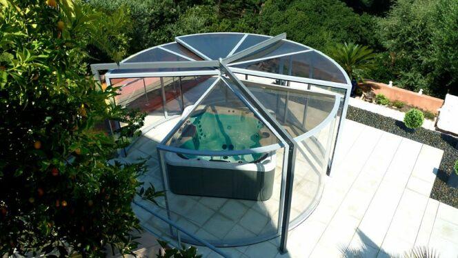 L'abri de spa panoramique permet une vue exceptionnelle sur son jardin tout en restant à l'abri des intempéries.