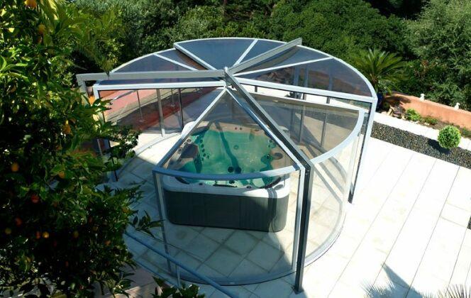 L'abri de spa panoramique permet une vue exceptionnelle sur son jardin tout en restant à l'abri des intempéries. © Abrisud