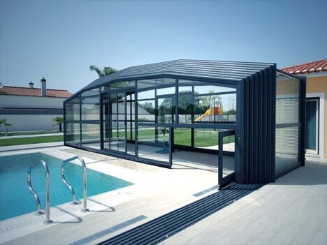 "Abri de piscine télescopique avec porte accordéon en façade<span class=""normal italic petit"">DR</span>"
