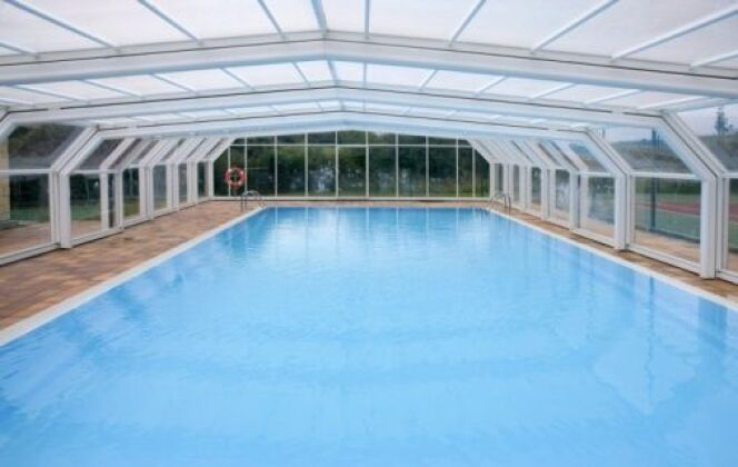 Pose d'un abri de piscine haut - Sphère Confort © DR