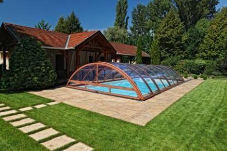 Abri de piscine télescopique mi-haut couleur bois