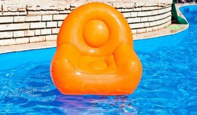 Le fauteuil gonflable fait partie des accessoires de piscine qu'on peut trouver à prix discount