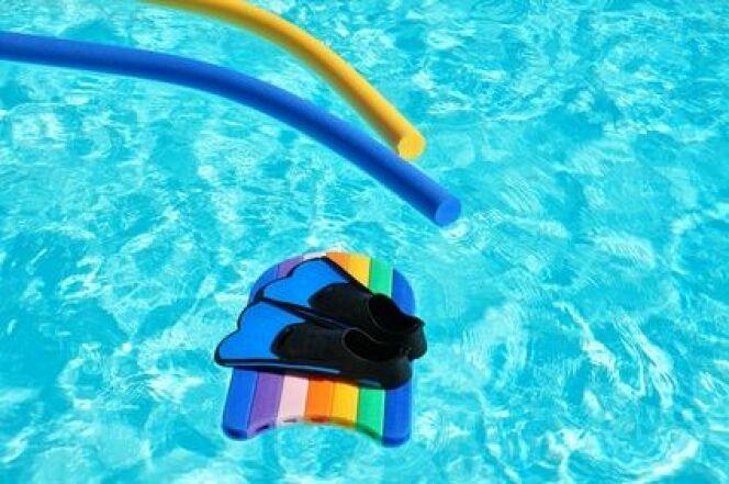 """Accessoires sport et loisirs pour la piscine<span class=""""normal italic petit"""">© Clarisse - Fotolia.com</span>"""