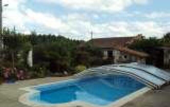 piscine avec escalier roman et margelles DR