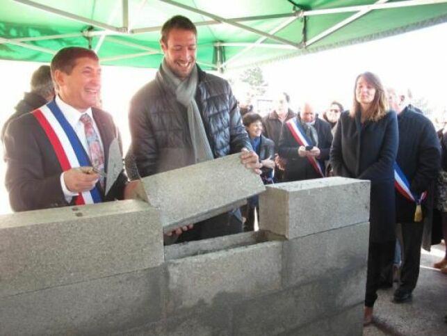 Alain Bernard pose la première pierre de la piscine des Deux-Vallées