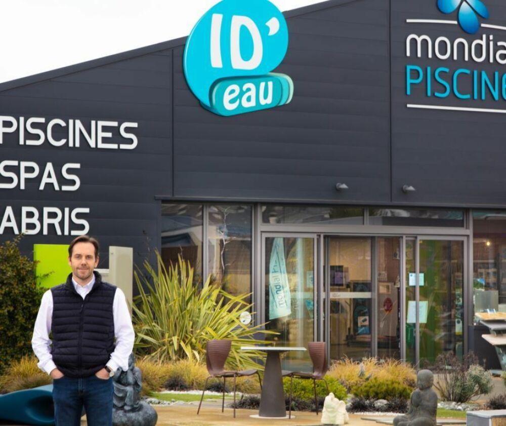 Alain Wagner devant la concession ID'EAU© Mondial Piscine