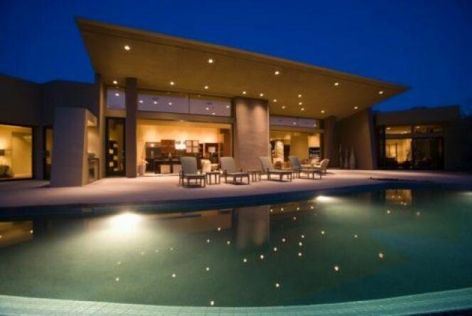"""Créer une ambiance piscine grâce à l'éclairage<span class=""""normal italic petit"""">© moodboard - Thinkstock</span>"""