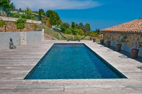 """Ambiance zen pour ce couloir de nage entouré d'un solarium en bois<span class=""""normal italic petit"""">© Diffazur</span>"""