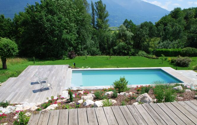 Aménagement de jardin avec fleurs avec piscine. © L'Esprit Piscine