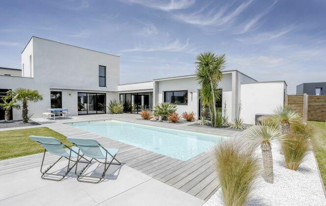 Aménagement de jardin avec piscine. © Fred Pieau - Pour Caron Piscines