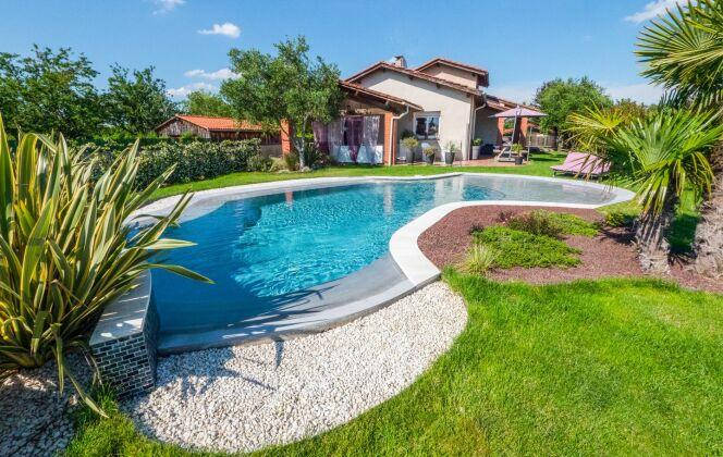 Aménagement de jardin avec une piscine. © Diffazur