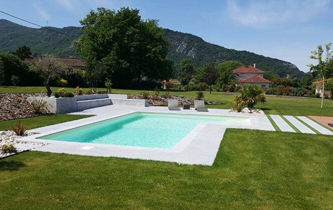 Aménagement de jardin avec une piscine © Aquilus Piscines et Spas
