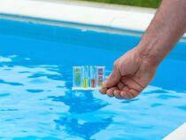 Paramètres et analyse de l'eau d'une piscine au brome