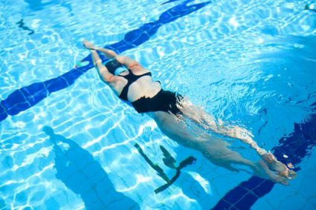 Lors de la coulée, le corps est en flexion pour profiter au mieux de la glisse