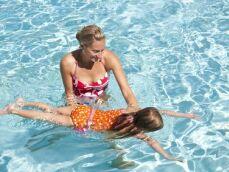 Apprendre à nager à un enfant