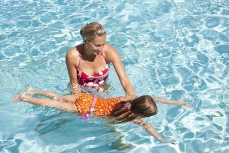 """Avant d'apprendre à nager à un enfant, il faut d'abord le mettre en confiance.<span class=""""normal italic"""">© Brocreative - Fotolia.com</span>"""