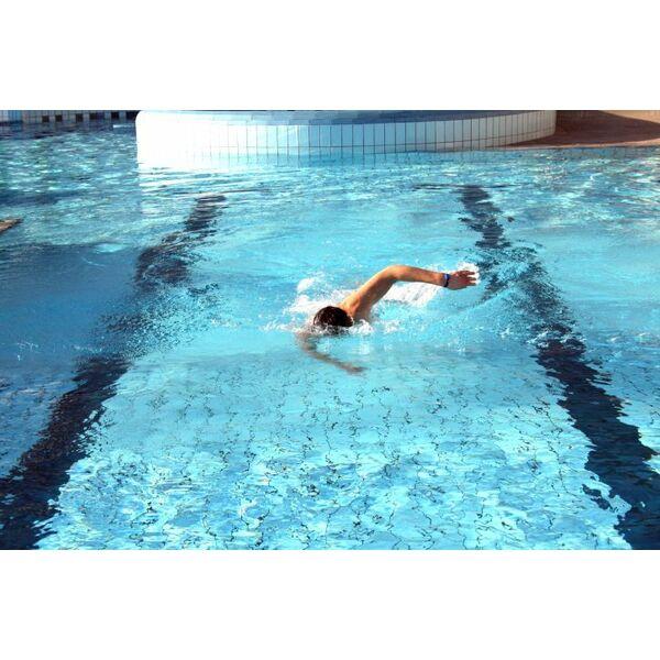 Apprendre nager en combien de temps - Nager dans la piscine ...