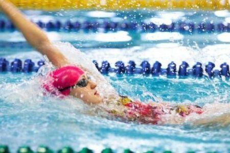 """Apprendre à nager le dos ou dos crawlé : guide pratique<span class=""""normal italic petit"""">© Fotolia</span>"""