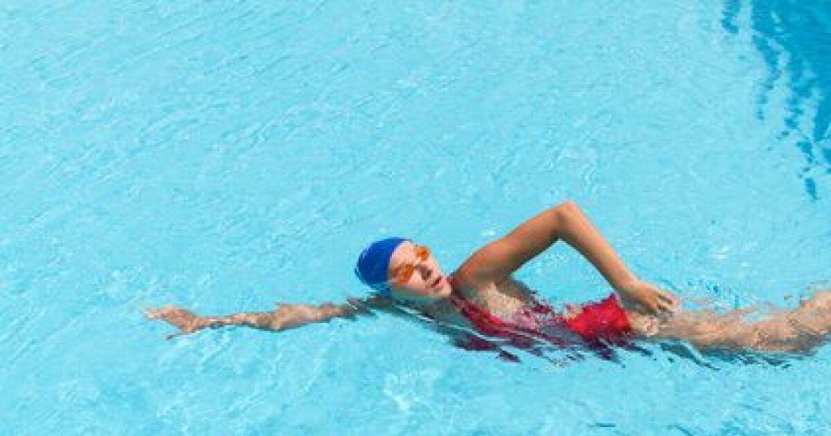 Nages de salon couch sur le dos natation sans eau for Apprendre a plonger dans la piscine