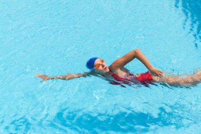 Apprendre nager quelques conseils avant de prendre des cours de natation - Nager dans la piscine ...