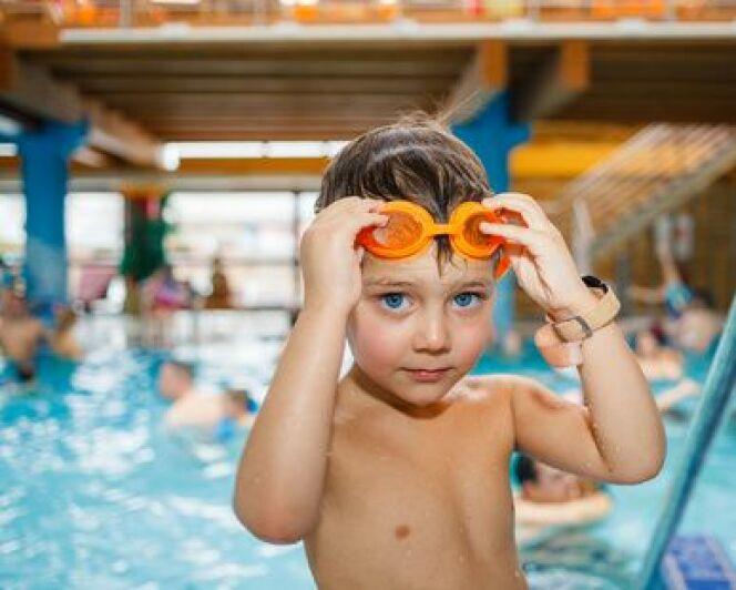 "Apprendre à plonger à un enfant.<span class=""normal italic petit"">© Max Topchii - Fotolia.com</span>"