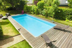 piscine rectangulaire rénovée terrasse bois jardin pelouse