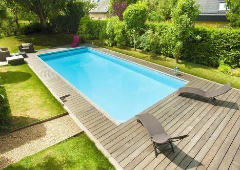 "piscine rectangulaire rénovée terrasse bois jardin pelouse<span class=""normal italic petit"">© swimpool</span>"