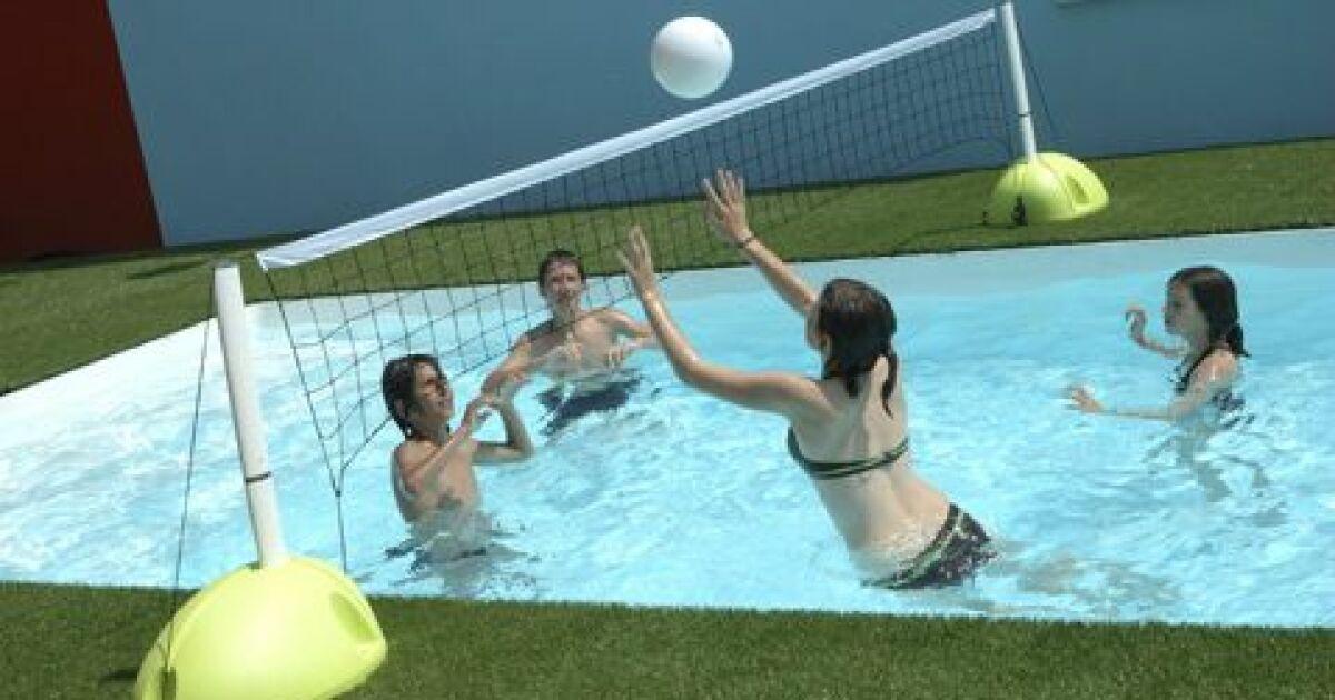 Aqua volley jouer au volley dans la piscine for Filet de piscine