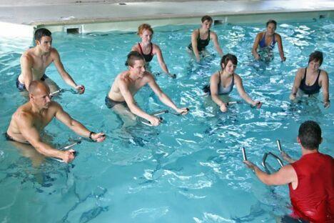 """L'aquabiking se pratique généralement en cours collectifs, mais certaines piscines mettent des aqua-bike à la disposition des nageurs tout au long de la journée<span class=""""normal italic"""">DR</span>"""