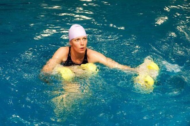 """Aquaboxing ou aquapunching : un bon moyen de se défouler dans l'eau<span class=""""normal italic petit"""">© Centre Aquatique de Marne et Gondoire</span>"""