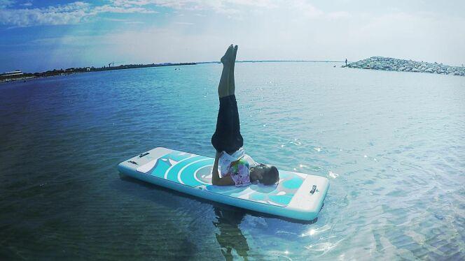 """Aquafitmat, le tapis de yoga flottant, par Waterflex<span class=""""normal italic petit"""">© Waterflex</span>"""