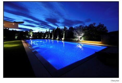 """Piscine béton enterrée vue de nuit<span class=""""normal italic petit"""">© Architectes du paysage</span>"""