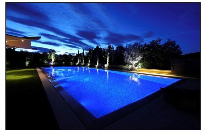 Piscine béton enterrée vue de nuit © Architectes du paysage
