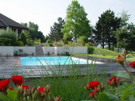 """Piscine avec terrasse bois - Projet lauréat des Victoires du Paysage 2008<span class=""""normal italic petit"""">© Architectes du paysage</span>"""