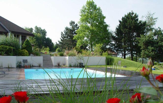 Piscine avec terrasse bois - Projet lauréat des Victoires du Paysage 2008 © Architectes du paysage