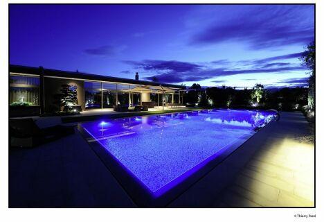 """Piscine de nuit<span class=""""normal italic petit"""">© Architectes du paysage</span>"""