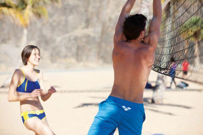 Arena propose des maillots de bain de plage et de compétition pour hommes et femmes.