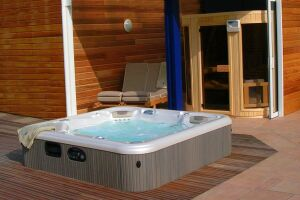 Associé à un sauna, le spa extérieur permet de profiter des bienfaits des rituels nordiques.