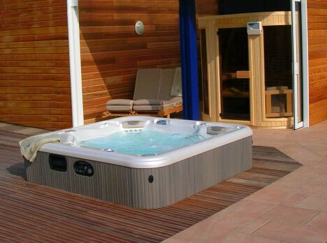 """Associé à un sauna, le spa extérieur permet de profiter des bienfaits des rituels nordiques.<span class=""""normal italic petit"""">© L'Esprit Piscine</span>"""
